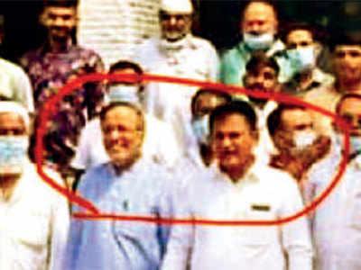 Arjun Modhwadia, Paresh Dhanani clicked without masks