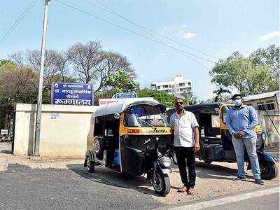 5 autos ferry people from Naidu hospital