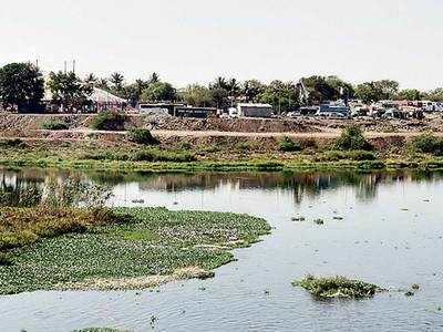 PMC ignores huge illegal debris dumps inside riverbed off Sangamwadi road