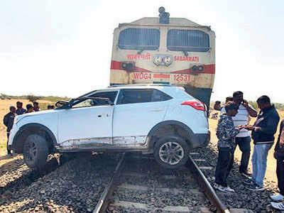 SUV comes in way of train; 21-yr-old dead