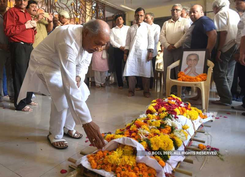 Pandit Harirasad Chaurasia pays his respects to his guru Annapurna Devi