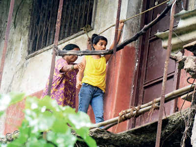 35 families residing in decrepit Tata Nagar society in Chunabhatti walk tightrope to just exit their building