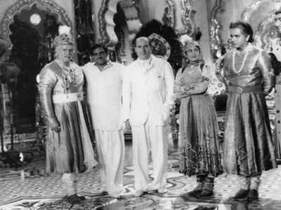 Rishi Kapoor shares rare picture from the sets of Mughal-E-Azam