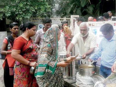 Auto driver gives free meals outside Mangalwar Peth's Kamla Nehru Hospital