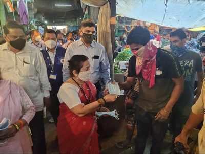 Mumbai: Mayor Kishori Pednekar visits Dadar market, distributes masks to create awareness about coronavirus