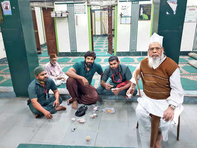 Youth pool in money to clean up city mosques