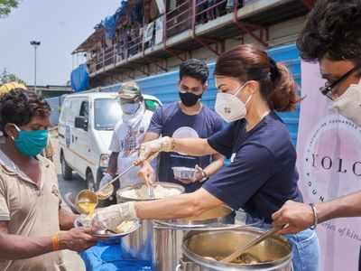 Jacqueline Fernandez distributes meals in Mumbai amid Covid crisis