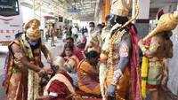 Ram Navami 2021: Devotees dressed up as Lord Ram and Hanuman distribute masks