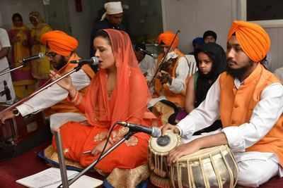 Amruta Fadnavis sings kirtan at Santacruz Gurudwara Sahib on gurparab