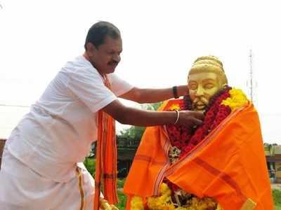 Hindu Makkal Katchi leader Arjun Sampath drapes saffron shawl on Thiruvalluvar statue