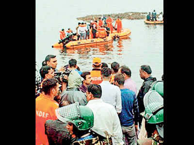 Tourist boat with 72 people capsizes in AP