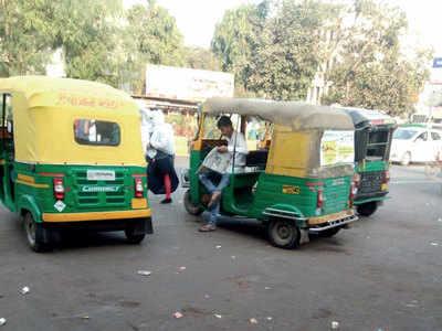 Autorickshaws parked before Paldi bus stand causes traffic, puts lives in danger