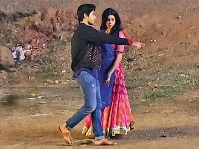 Ishaan Khatter, Janhvi Kapoor get romantic for Dhadak