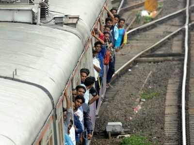 Mumbai: Harbour train services stalled completely during rush hour, resume after a delay of almost an hour