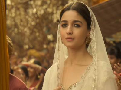 Alia Bhatt stuns audience with Kathak moves in Kalank's first song