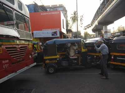 Salute to this Mumbaikar: 69-year-old 'unknown' man clears traffic on busy Kandivali road
