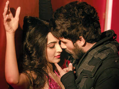 Ahead Of Arjun Reddy Remake Shahid Kapoor And Kiara Advani Sizzle In A Music Video