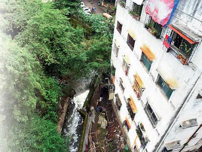 SINHAGAD RD RESIDENTS FLEE THEIR BUILDING AS WALL FALLS AMID FLOODS