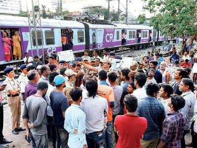 Residents of Azad Nagar slum in Mahim defecate along the tracks, railways asks BMC to install toilets for 500 families