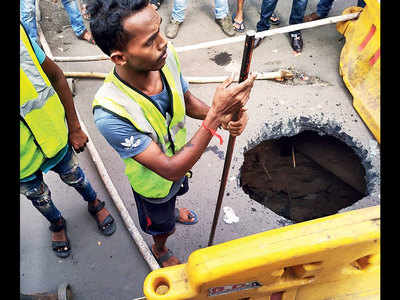 10-ft hole emerges out of nowhere in Andheri West