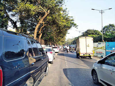 Illegally parked vehicles irk Sassoon Rd commuters