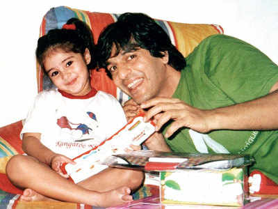 Ananya Panday shares a cute throwback pic with father Chunky Panday