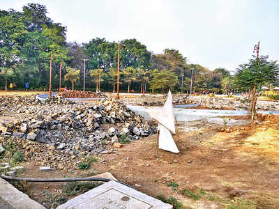 PMC garden in a dire state at BT Kawade Rd, residents complain of debris