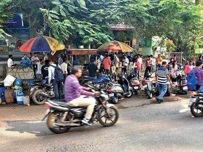 Footpath vendors irk Viman Nagar residents