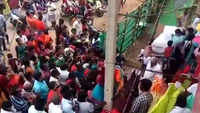 Tamil Nadu: Huge crowd at Salem textile shop's special sale