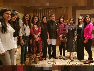 Fake alert: No, this is not a photo of Shashi Tharoor with wives of Pakistani cricketers