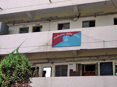 Burglary in Satellite, Rs 3.5 lakh stolen