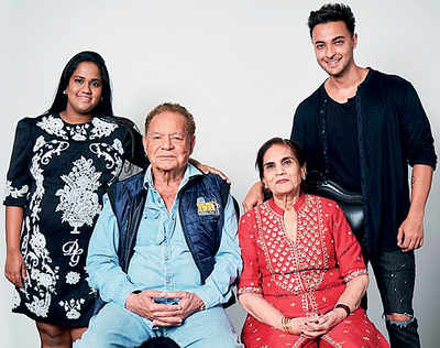 Khandaan bring in Salim and Salma's 55th wedding anniversary and Ayush-Arpita's 5th with song and dance