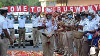 Bengaluru: Traffic cop tests negative after days of treatment for Covid-19, gets rousing welcome