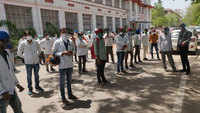 Jaipur: Lab technicians at SMS Hospital continue protest