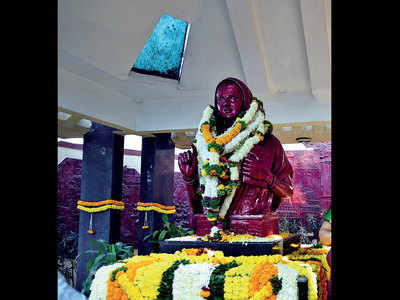 Civic bodies asked to discard statue garlands after ceremony