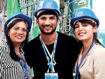 Sushant Singh Rajput and Rhea Chakraborty pose with a fan