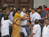 Karunanidhi's family members MK Stalin, Kanimozhi in tears as Madras HC allows DMK patriarch iconic Marina beach burial