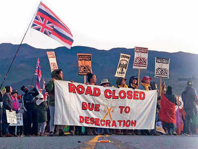 Hawaii protesters block giant telescope's entry