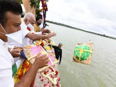 BSY offers 'bagina' at Kabini dam