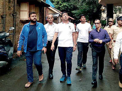 'Overcrowded general wards, filthy toilets': BMC chief Praveen Pardeshi pays surprise visit to KEM