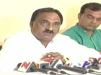 Gujarat Assembly Elections 2017: Patidar leader Narendra Patel presents wads of notes, alleges BJP tried to buy him