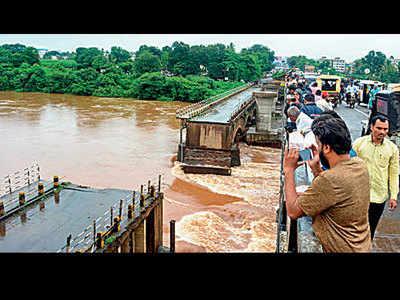 16 killed as floods grip Pune, Satara