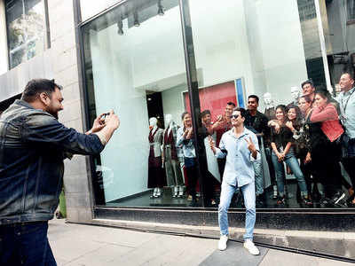 Vicky Kaushal shares a light moment with fans