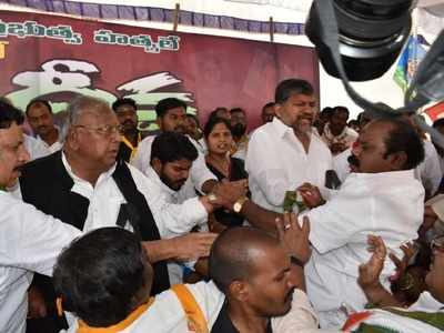 Telangana Congress leaders exchange blows on public dais while protesting against KCR govt
