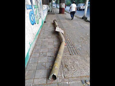 Electric pole occupies pavement in Aundh