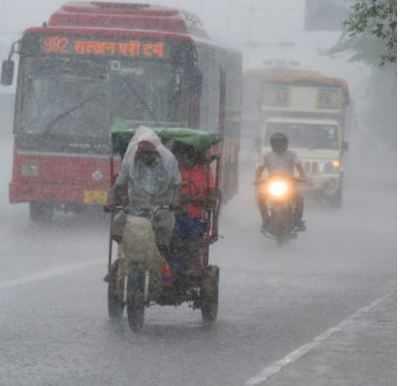 Delhi-NCR news live: City records maximum temperature of 32.7 deg C; light rain likely on Tuesday