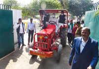 Patna: Tejashwi Yadav arrives at Bihar assembly on tractor