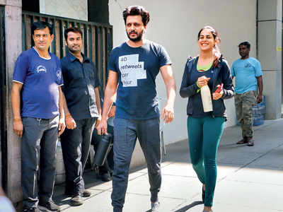Before lockdown, Riteish Deshmukh and Genelia D'Souza spotted in Khar