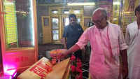Bhopal: Digvijay Singh offer prayers at a temple on Hanuman Jayanti