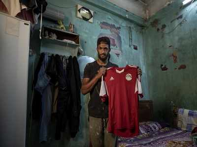 Pandemic turns Egyptian soccer player into a street vendor